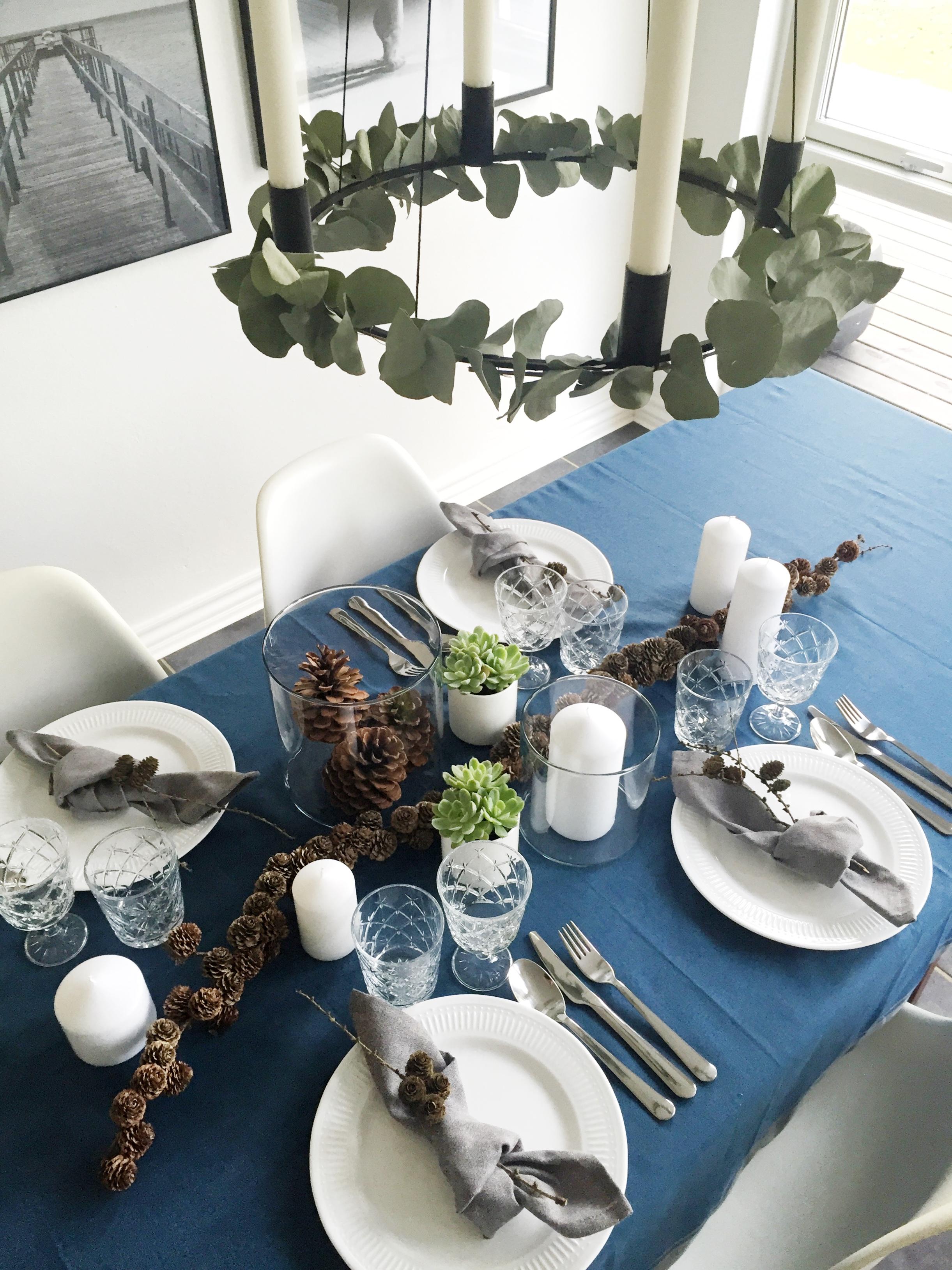 Enkelt julebord med kogler og eukalyptus