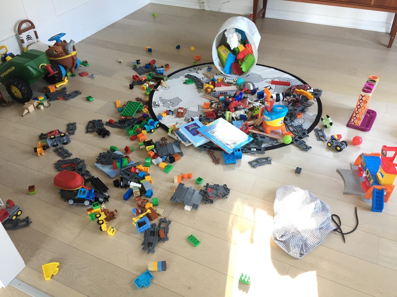 Legetøj på gulvet.