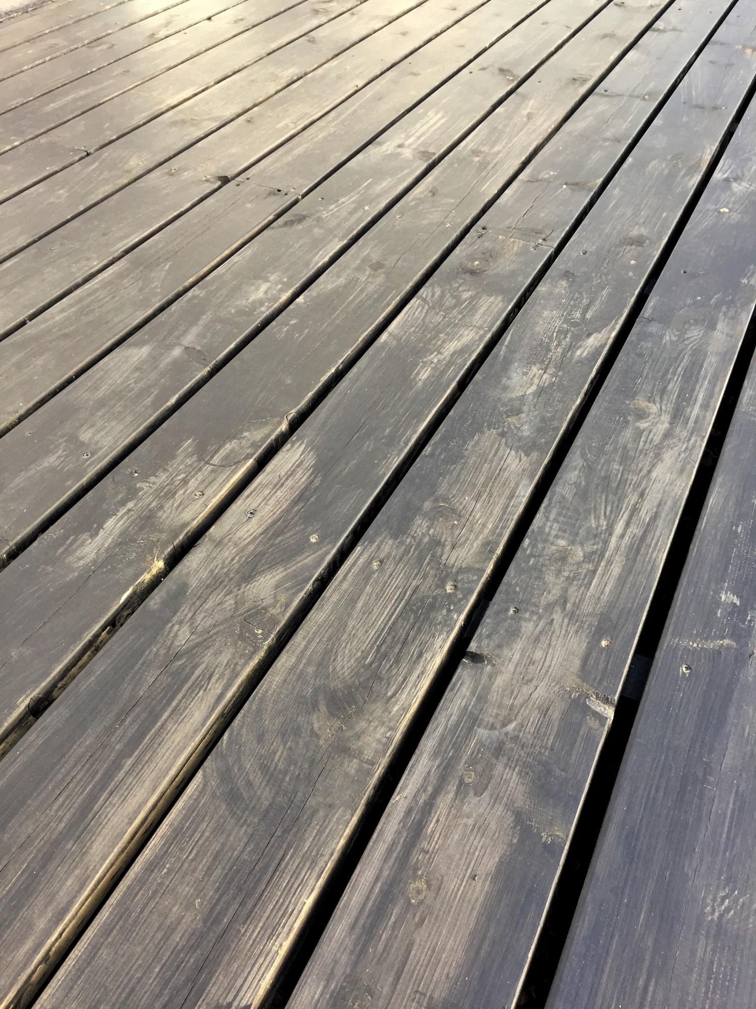 Første lag maling på terrassen