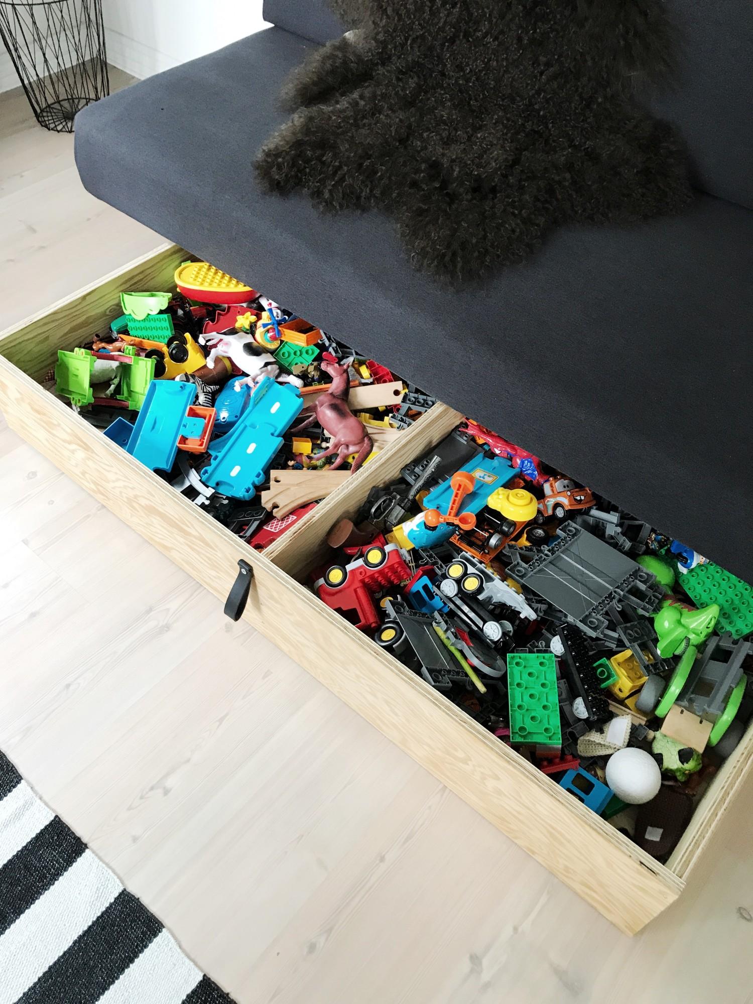 Opbevaringsskuffe på hjul til legetøj under daybed