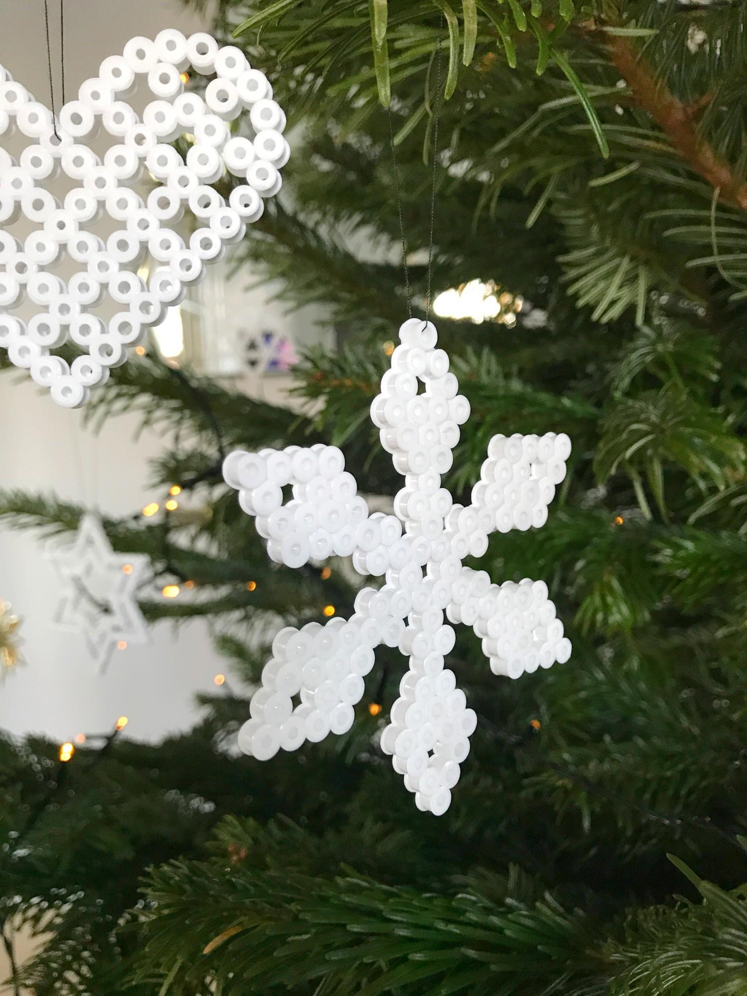 Juletræ med perleplade dekorationer