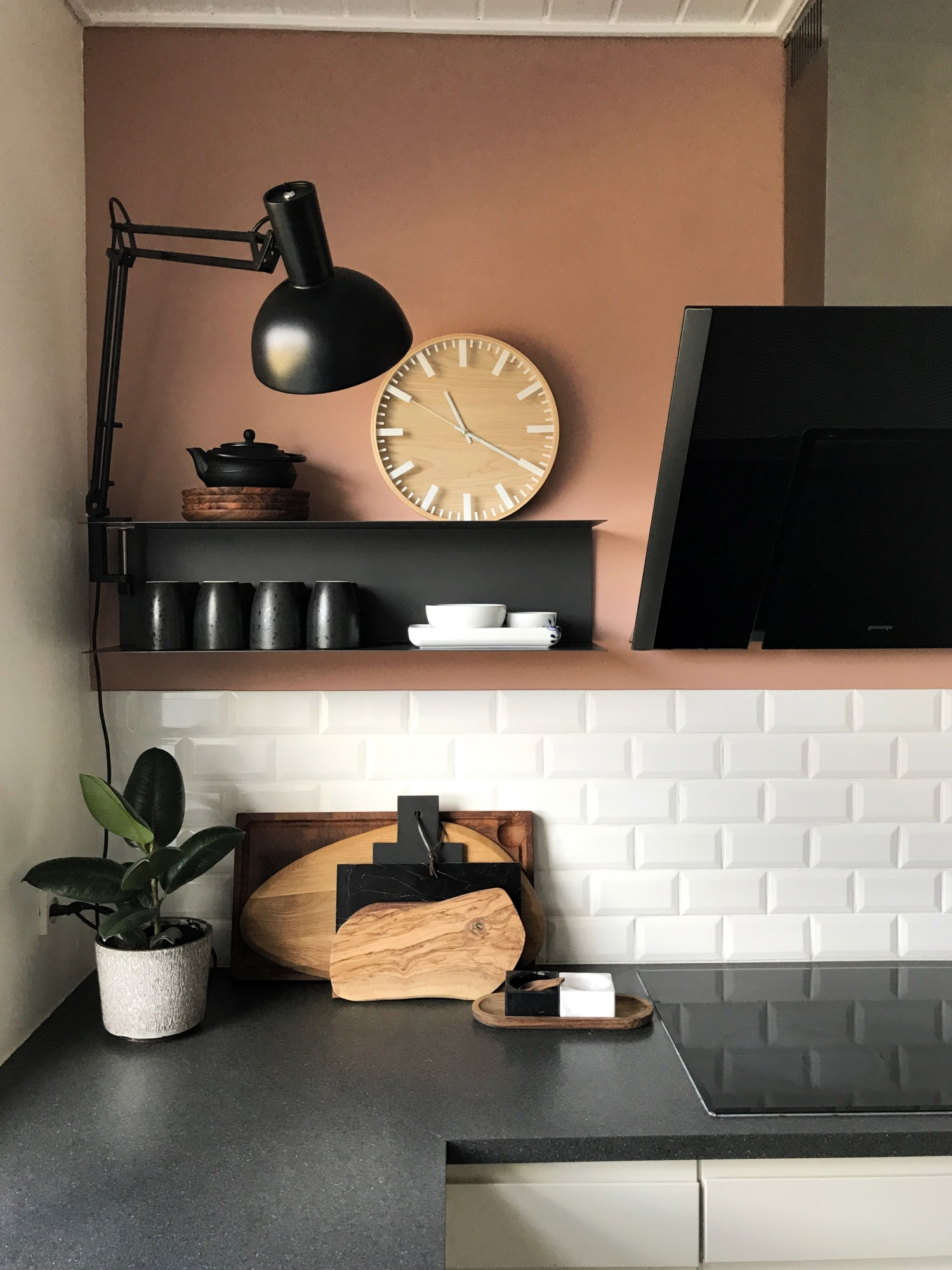 Køkkenet malet med en varm farve