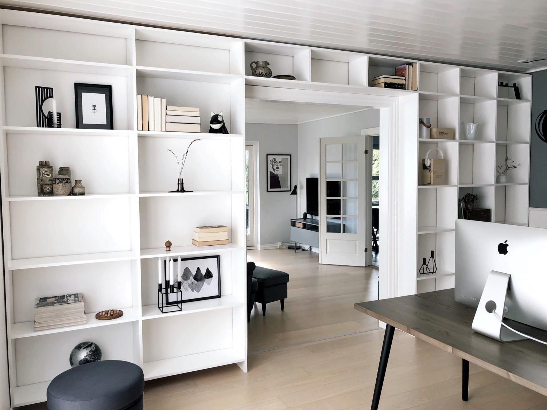 Hjemmebygget væg til væg bogreol