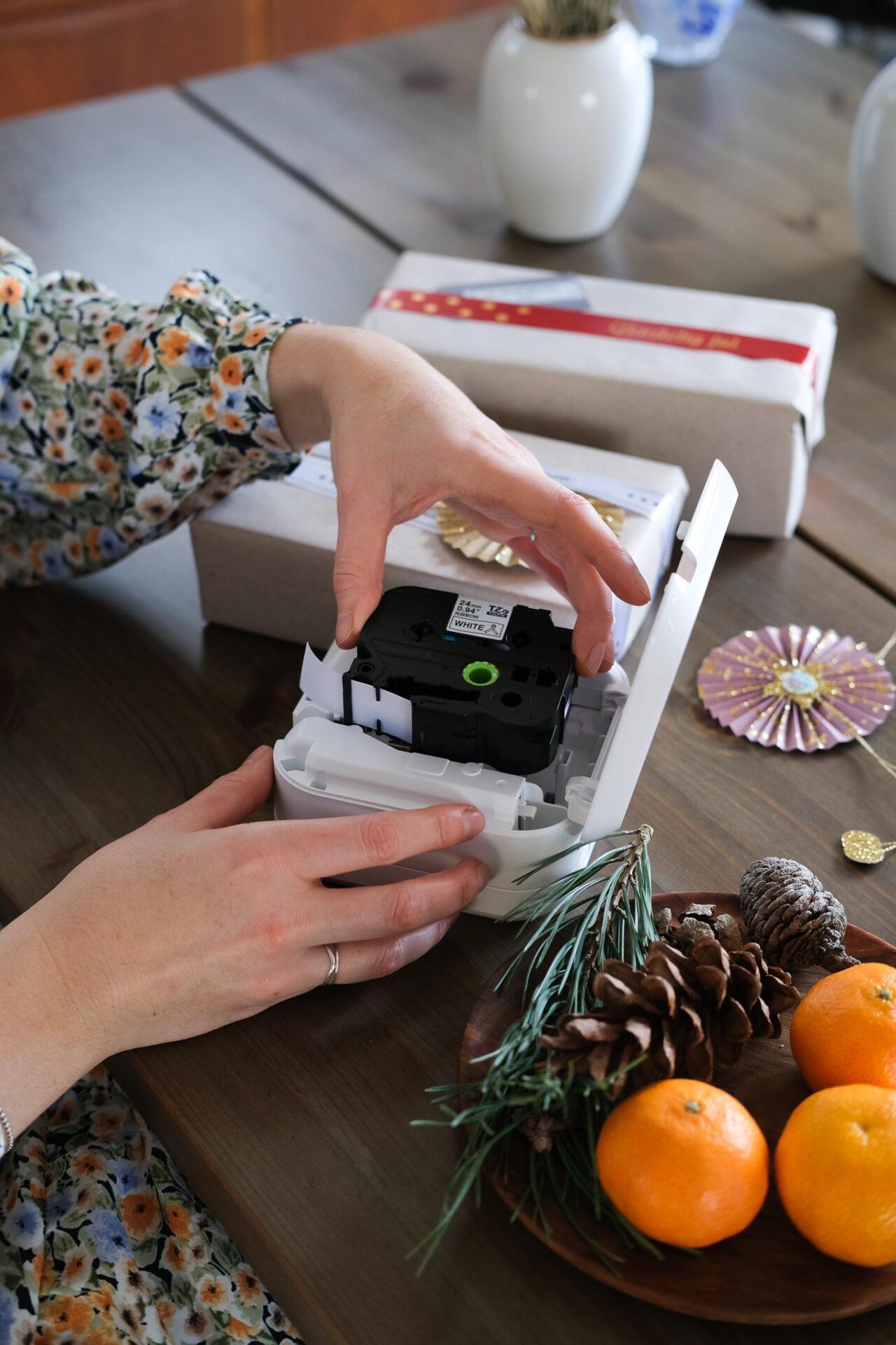 Satinbåndet sættes i P-touch CUBE Plus Labelprinter