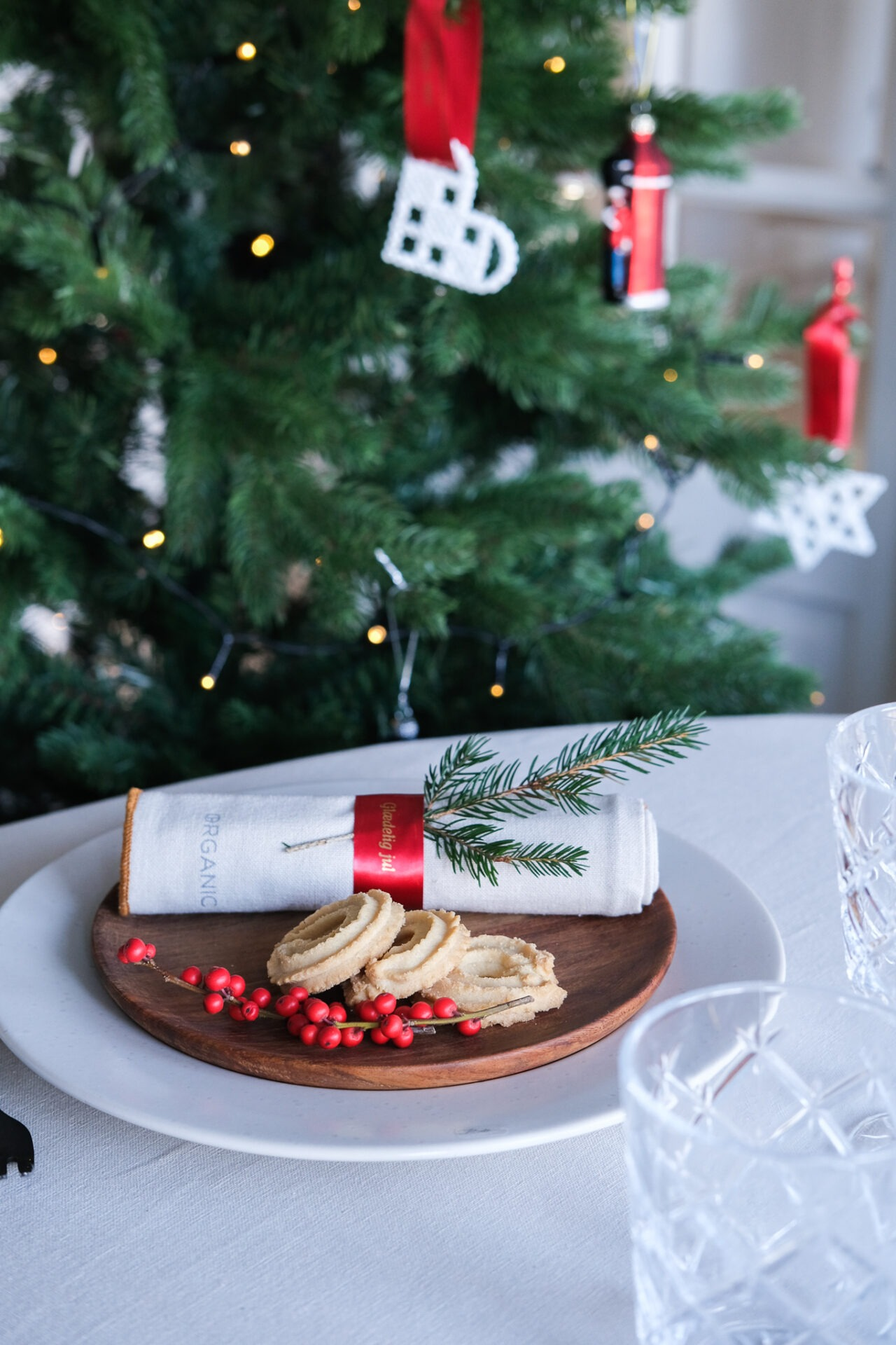 Ophæng med satinbånd på juletræet
