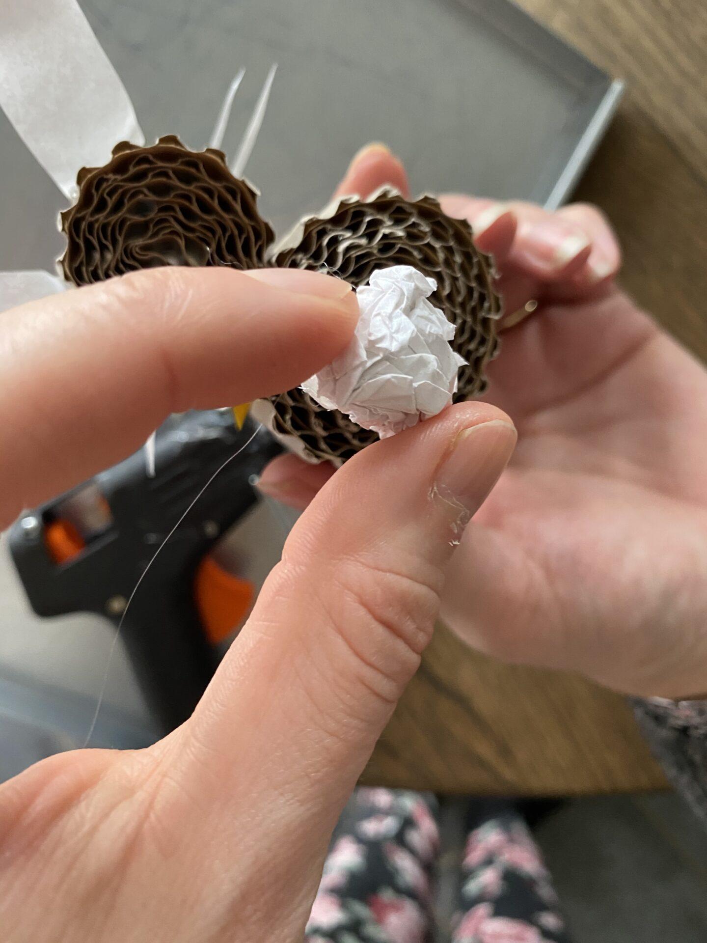 Hale af silkepapir til påskeharen af bølgepap
