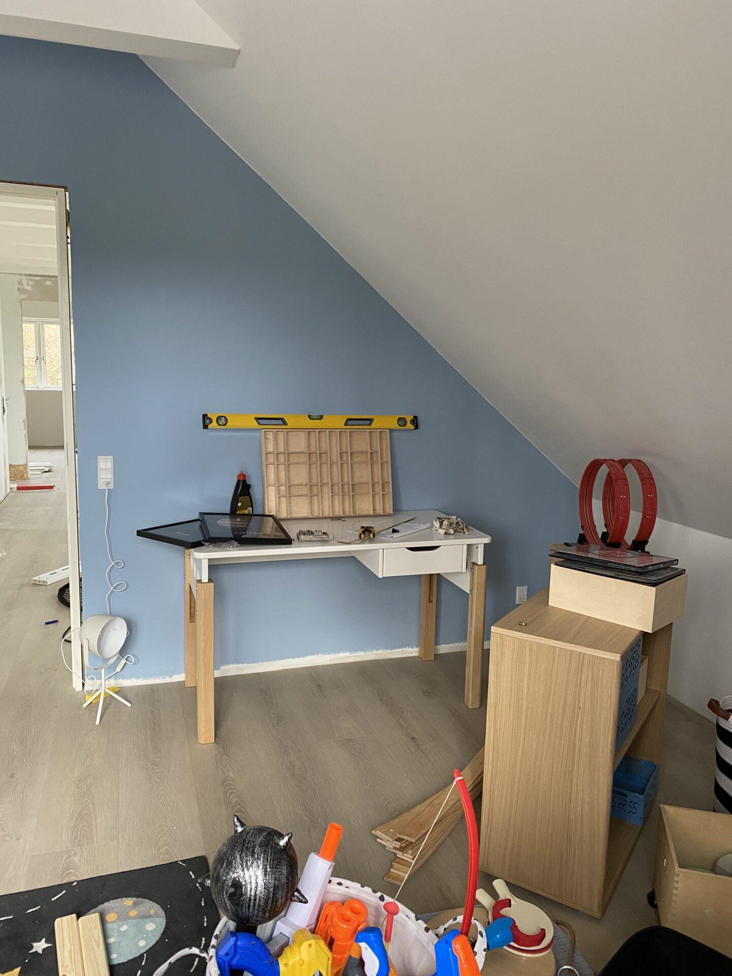Drengeværelset er ved at blive indrettet med Flexa møbler