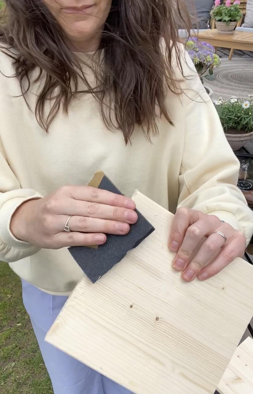 Træet til DIY lanterner bliver slebet med sandpapir