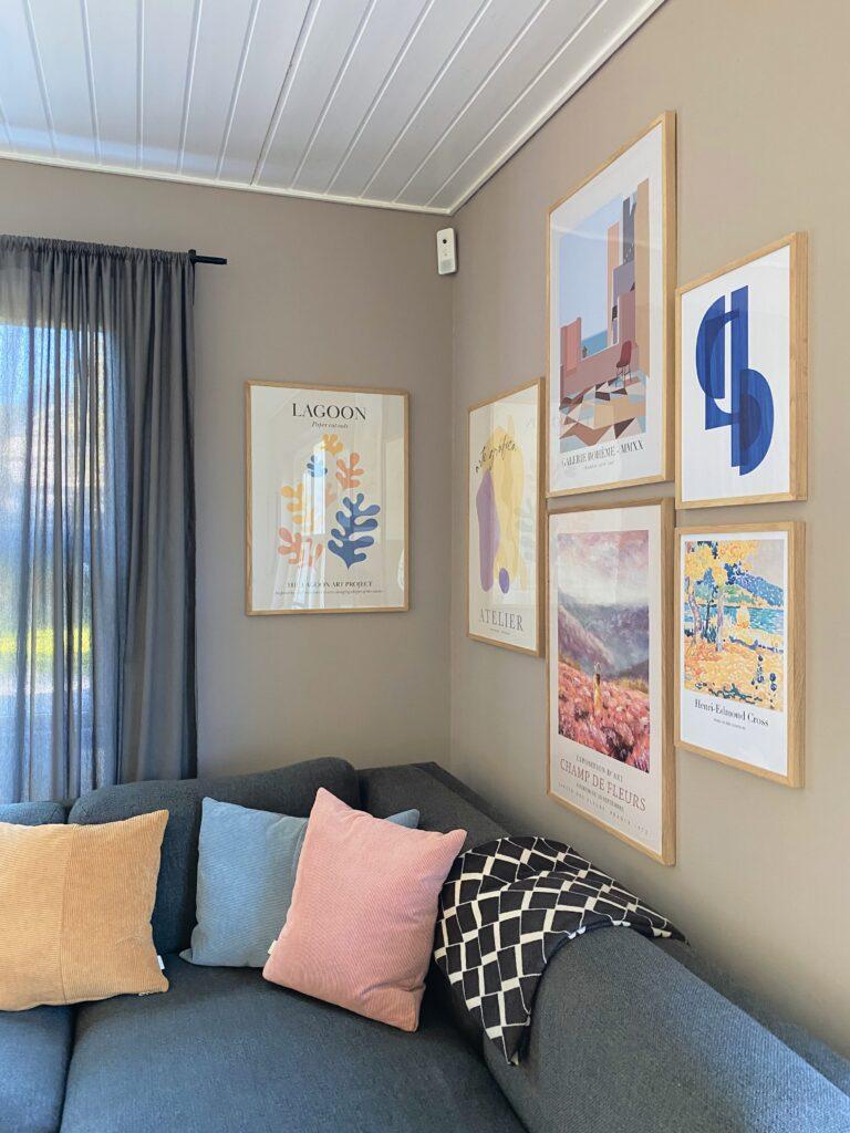 Farverige plakater på væg